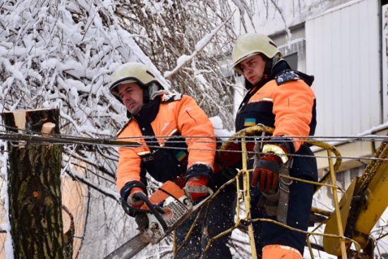 Наслідки негоди в Україні: знеструмлені 174 населені пункти, але розблокована траса Київ-Одеса