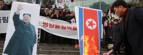В Сеуле во время акции против участия КНДР в Олимпиаде сожгли портрет Ким Чен Ына