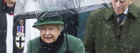 В зеленом пальто и горжетке: королева Елизавета II сходила на службу