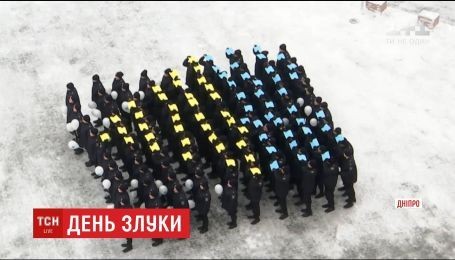 В Днепре курсанты университета внутренних дел провели флешмоб