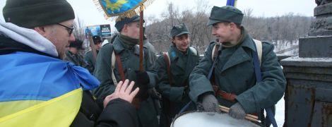 """""""Живий ланцюг"""" на мосту Патона та найдовший прапор. Як в Україні відзначають День соборності"""