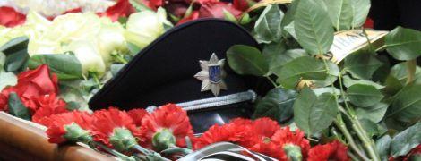 В Одессе сотни людей пришли проститься с полицейским, погибшим в результате стрельбы