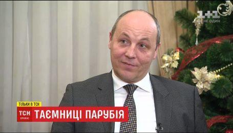 """Парубий прокомментировал шутки """"Квартала 95"""" и показал тайную кухню в кабинете"""