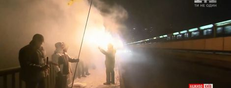 В Киеве на мосту Метро зажгли файеры в честь Дня Соборности