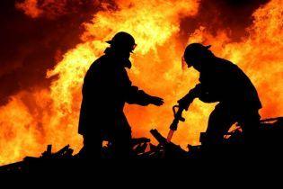 Пожар охватил гаражи в Киеве