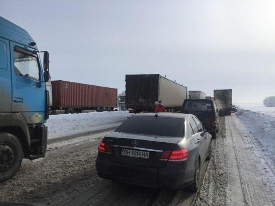 Через снігопад на Запоріжжі перекрили рух для вантажівок, а 109 міст і сіл залишаються без світла
