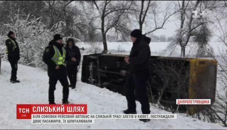 На Днепропетровщине рейсовый автобус на заледенелой трассе вылетел в кювет