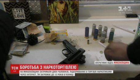 В Николаеве правоохранители штурмовали квартиру наркоторговца с помощью автовышки