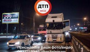 В Києві під час руху загорілася фура