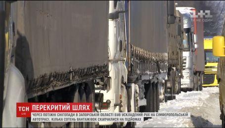 На трасі поблизу Запоріжжя скупчились сотні вантажівок через обмеження руху