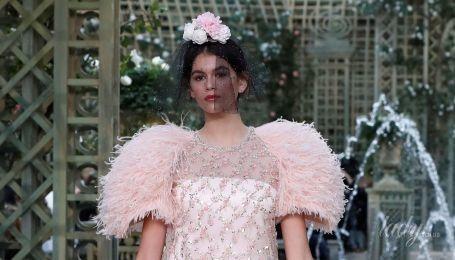 Черные вуали и розовые цветы: в Париже прошел показ кутюрной коллекции Chanel