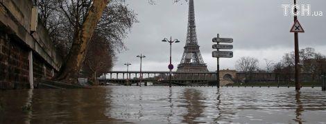 Річка Сена вийшла з берегів і затопила вулиці Парижа