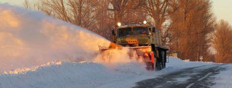 Из снежного плена на украинских дорогах освободили тысячу людей