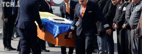 Гибель украинцев в Кабуле. Экипажи афганской авиакомпании почтили память сотрудников
