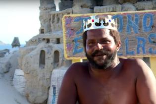 Чоловік понад 20 років живе в піщаному замку та заробляє на туристах