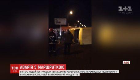 Во Львове перевернулась маршрутка с пассажирами