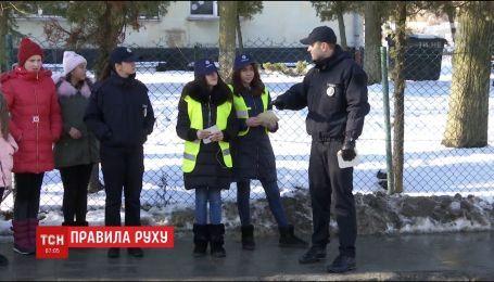 Любой классным: во Львове школьники вместе с патрульными провели социальную акцию