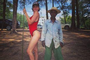 Даша Астафьева похвасталась подтянутой фигурой в красном купальнике