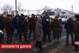 Обурені здороженням проїзду селяни перекрили трасу під Житомиром