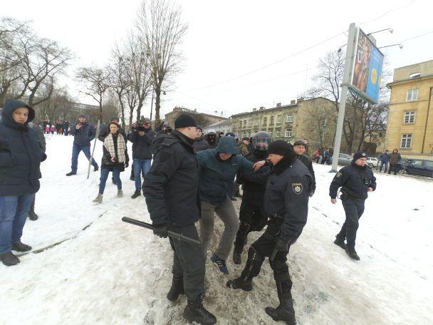 Димові шашки і затримання: у Львові акція за цирк без тварин переросла в сутички з поліцією