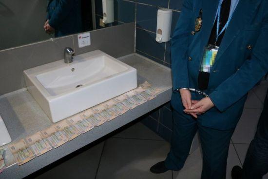 У Харківському аеропорту викрили групу митників, які регулярно вимагали хабарі
