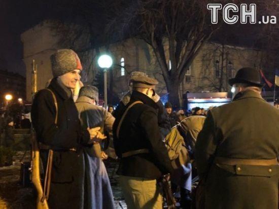 В Україні вшанували роковини Героїв Крут із маршами правих і оркестрами на вокзалах