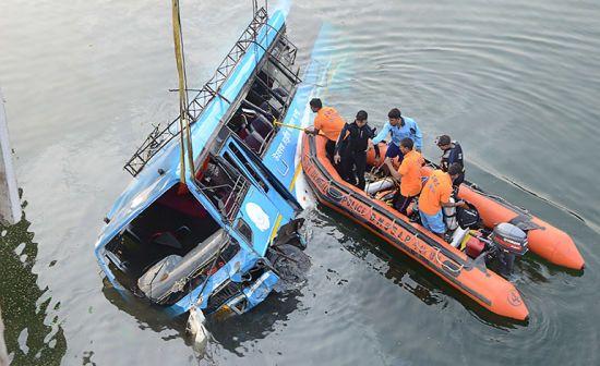 В Індії переповнений автобус зірвався у річку, 36 загиблих