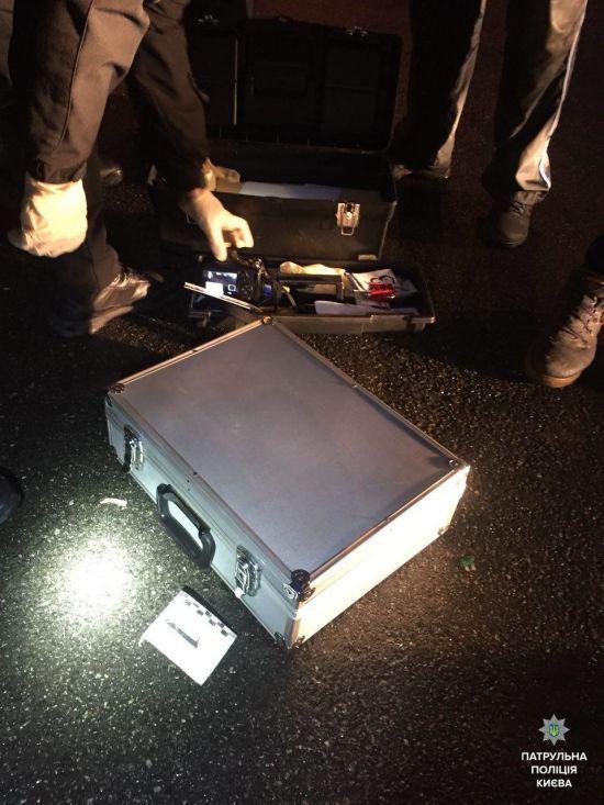 У Києві патрульні зупинили авто, в якому знайшли повну валізу наркотиків та ваги