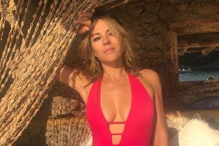 Стройная и сексуальная Элизабет Херли опубликовала пикантные снимки в купальнике