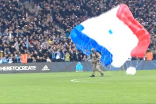 Парашутист незвичайним чином допоміг розпочати футбольний матч чемпіонату Франції