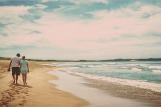 Пара підчепила небезпечних паразитів, коли прогулювалась тропічним пляжем босоніж