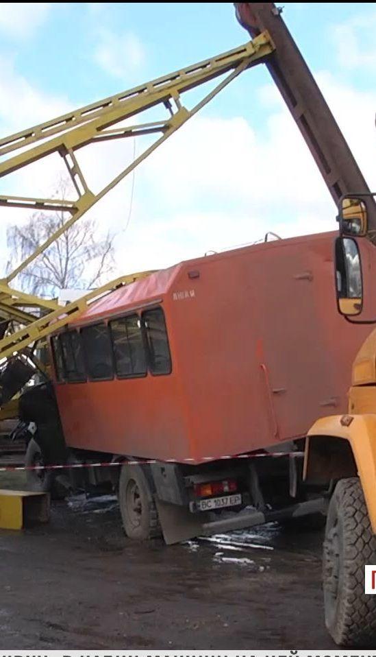 В Івано-Франківську будівельний кран впав на вантажівку, є загиблі