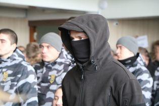 """В Черкассах депутаты приняли бюджет под """"бдительным оком"""" людей в черном и в масках"""