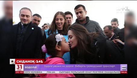 Анжелина Джоли повезла двух дочерей в сирийских беженцев