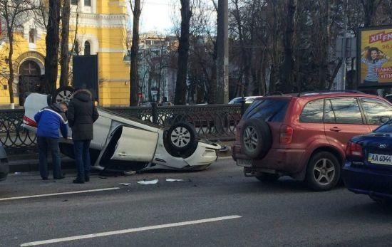 У центрі Києва KIA через зіткнення перекинулася на дах, затор паралізував бульвар