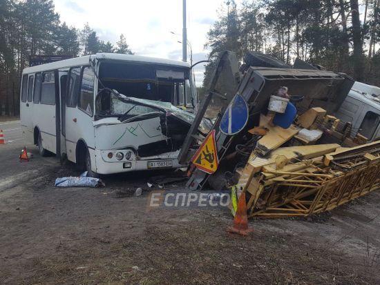 На виїзді з Києва маршрутка протаранила вантажівку, постраждав водій