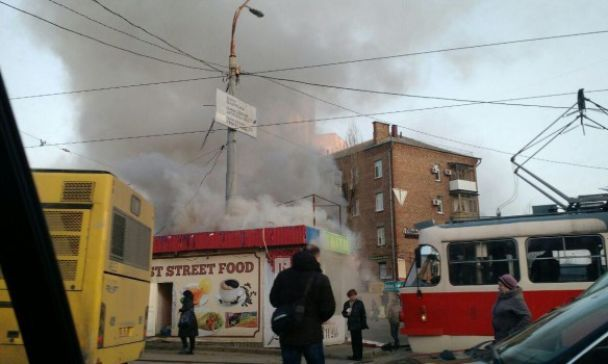 У Києві в годину пік біля зупинки спалахнув квітковий кіоск