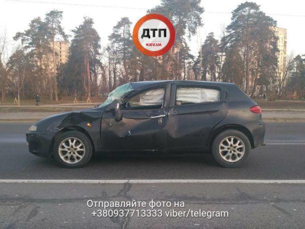 Жахлива ДТП у Києві: водія затисло у салоні, а машини розкидало на 60 метрів