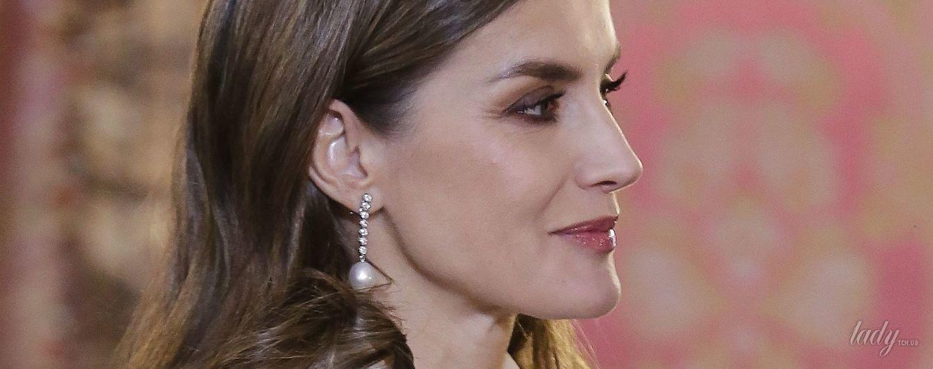 В белом жакете и непривычно длинной юбке: королева Летиция на приеме в королевском дворце