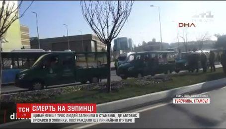 В Стамбуле автобус протаранил остановку, есть погибшие