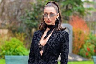 Оголена Белла Хадід прикрила свої груди цуценям у роздягальні магазину