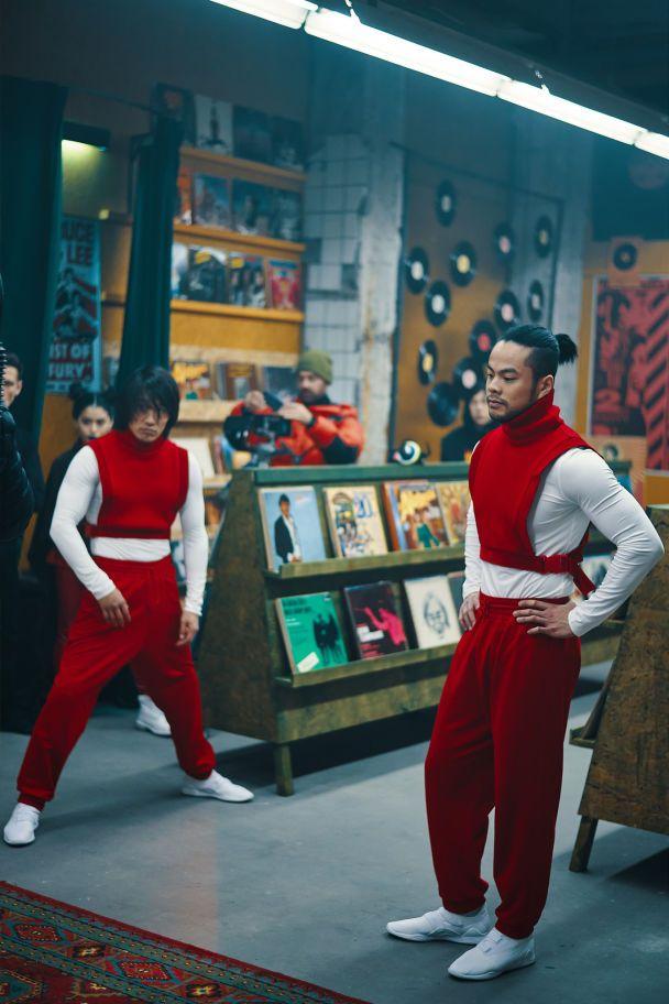 Шедевр від MONATIK у стилі 90-х: карколомні бійки а-ля Джекі Чан та видовищні трюки