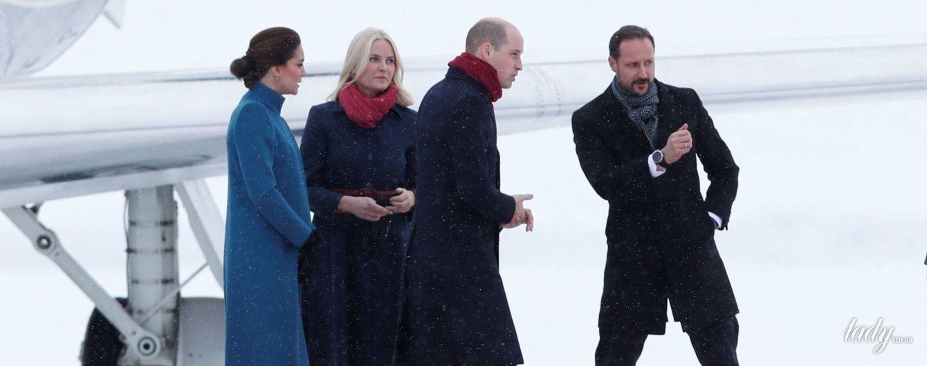 В эксклюзивном пальто и новом платье за 200 долларов: герцогиня Кембриджская с мужем приехала в Осло