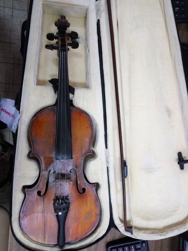 У запорізькому аеропорту запобігли вивезенню старовинної скрипки Аматі