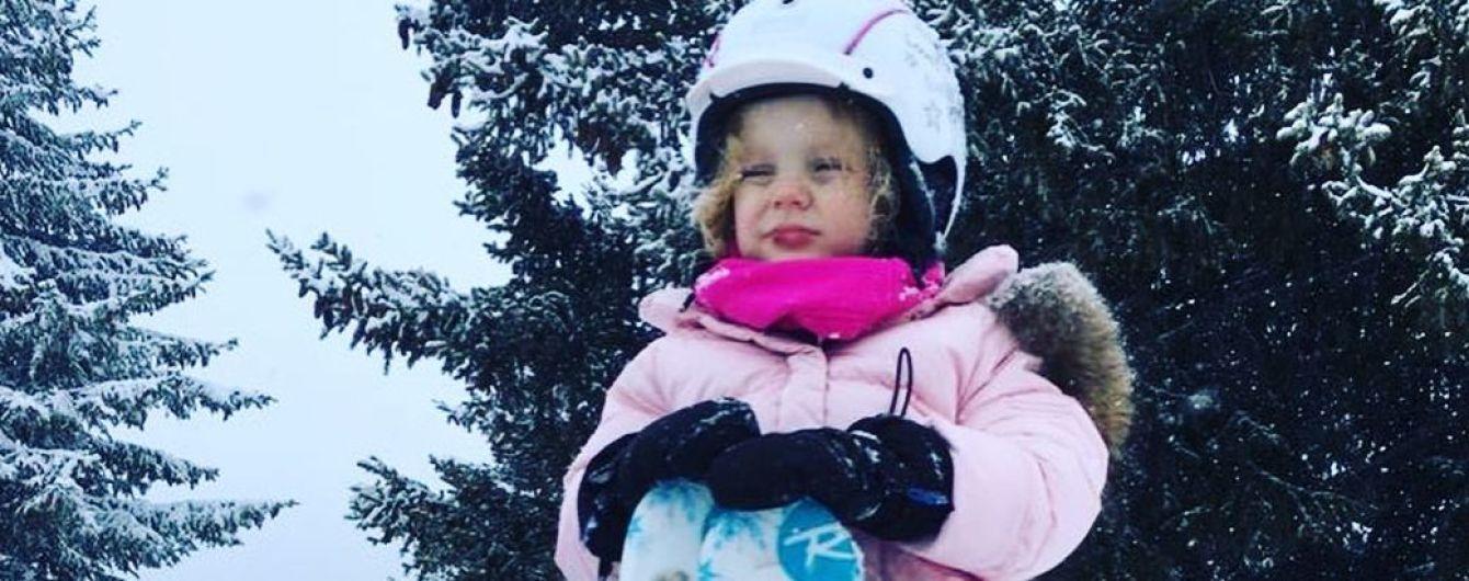 Уже катается на лыжах: княгиня Шарлин запечатлела 3-летнюю дочь на горнолыжном спуске