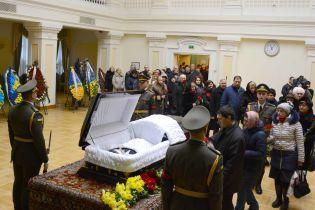 Слезы и воспоминания на похоронах Каденюка: космонавта назвали человеком, сохранившим Украине статус космической державы