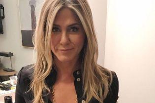 В блузке с глубоким декольте: визажист Дженнифер Энистон поделилась новым снимком актрисы