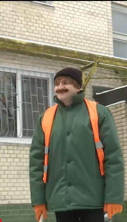 Міський голова Хмельницького переодягнувся у двірника, аби відверто поспілкуватися із містянами