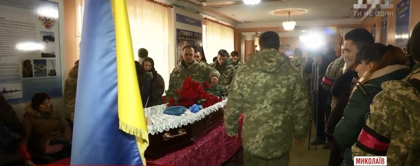 У Миколаєві офіцери двох бригад попрощалися із загиблим під Авдіївкою десантником