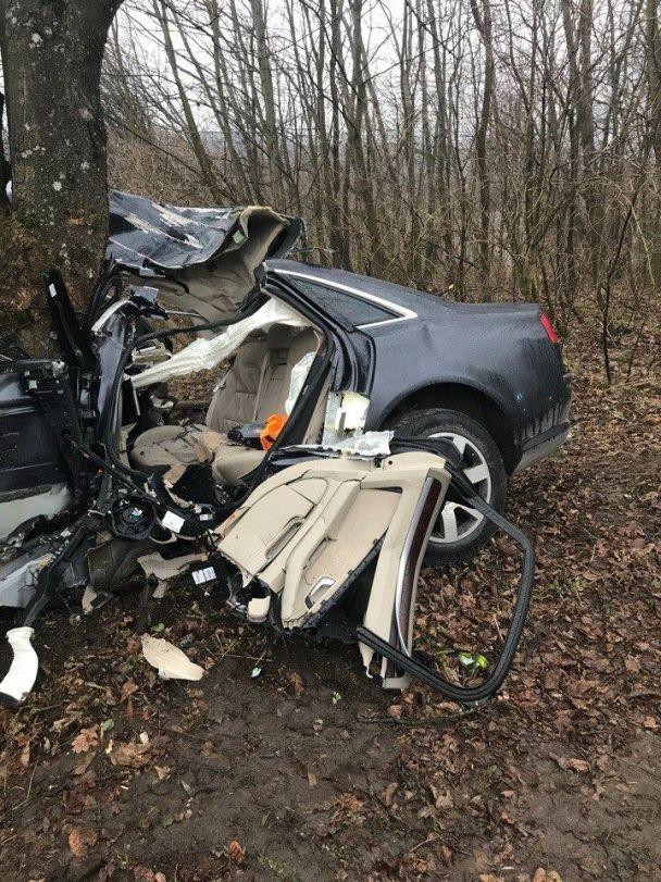 На Львівщині легковик влетів у дерево, 2 загиблих